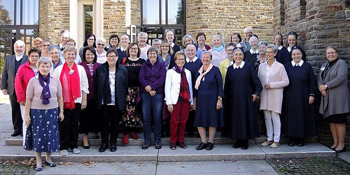 Jahreskonferenz Schönstattbewegung Frauen und Mütter beim Fototermin vor dem Pater-Kentenich-Haus (Foto: SFM)