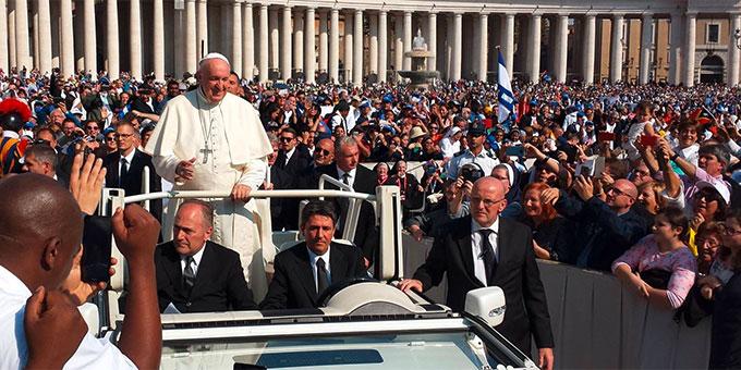 """Nach dem Gottesdienst nahm der Papst noch ein Bad in der Menge. Der Jubel, gerade auch der lateinamerikanischen Pilger über """"ihren"""" Papst, zeigte auch akustisch, wo gerade das Papamobil über den Platz fuhr. (Foto: Busse)"""