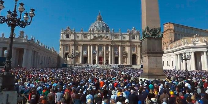 70.000 Menschen zur Feier der Heiligsprechung von sieben neuen Heiligen auf dem Petersplatz in Rom (Foto: Bildschirmfoto Vatican News TV)