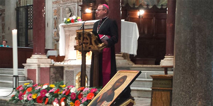 """Am Vorabend der Heiligsprechungsfeier begrüßt der Limburger Bischof Geor Bätzing fast 2000 Pilger in der Kirche """"Maria in Trastevere"""" (Foto: Busse)"""