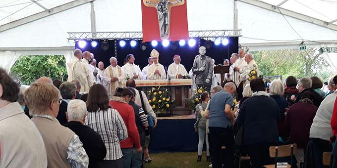 Gottesdienst im Festzelt beim Schönstatt-Heiligtum in Cambrai, Frankreich (Foto: Wolf/Sr.Elena)