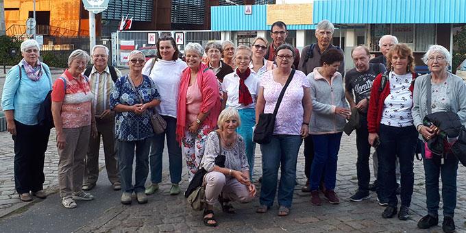 Die Pilgergruppe am Solidarnosc-Tor der Danziger Werft (Foto: Löhr)