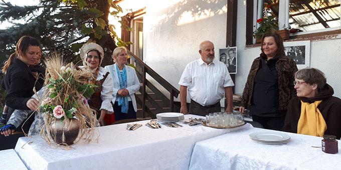 Begegnung im Elternhaus der Reiseleiterin Alicja Kostka: St. Hubert in Kudypy  (Foto: Löhr)