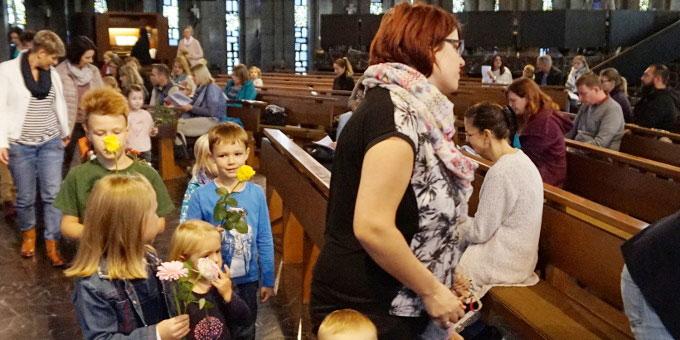 Blumenprozession durch die Kirche (Foto: Carten)