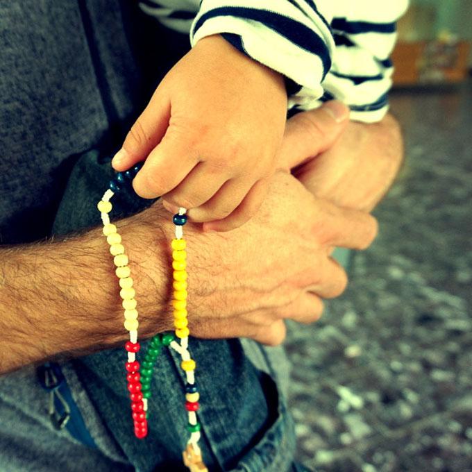 Bunte Perlen sprechen die Kinder an (Foto: Carten)