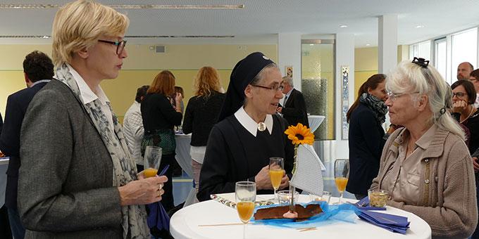 Gespräche und kleine Stärkung beim Sektempfang in der Mensa der Schönstätter Marienschule (Foto: Sch.Marienschule)