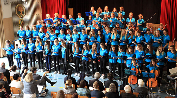 Festakt: Chor und Orchester erfreuen Sr. M. Elvira mit Beatles-Gesänge (Foto: Sch.Marienschule)