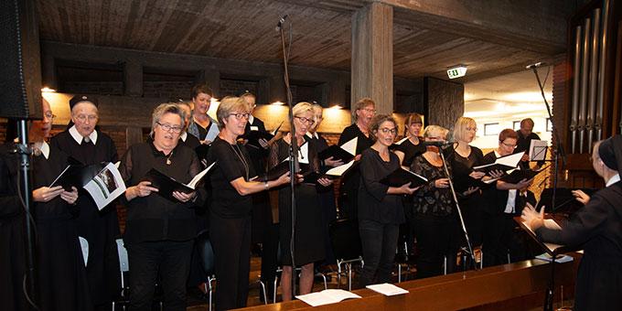 Ein Projektchor gestaltete die Feier anlässlich des 50. Todestages von Pater Josef Kentenich in der Schönstatt-Au in Borken mit (Foto: Klaus Unland)