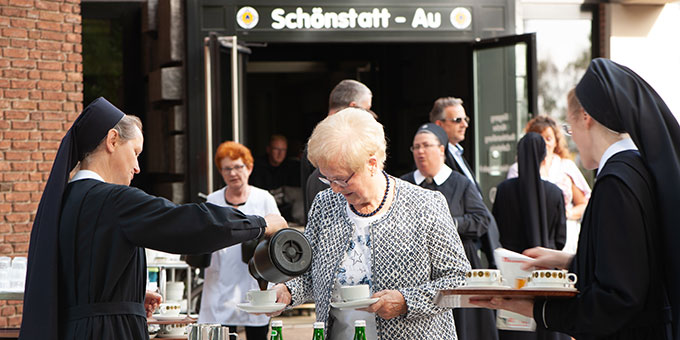Kaffe und Kuchen und Getränke luden ein zum Verweilen und zum Gespräch (Foto: Klaus Unland)