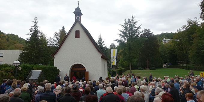 Begrüßung der Pilger aus Freiburg am Urheiligtum (Foto: Schönstatt Pilgerzentrale)