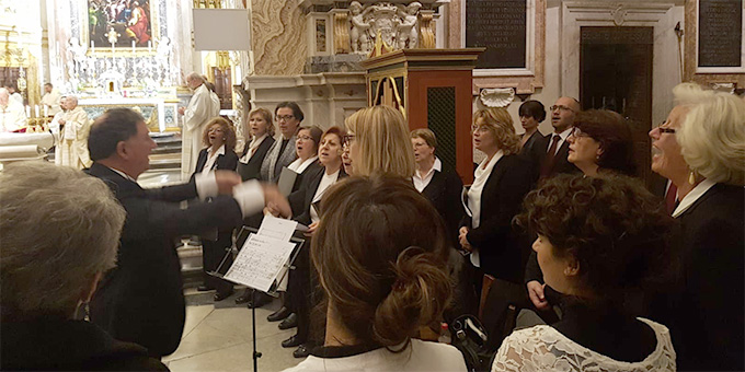 Zur feierlichen Gestaltung trug ein Chor wesentlich bei (Foto: Walter)