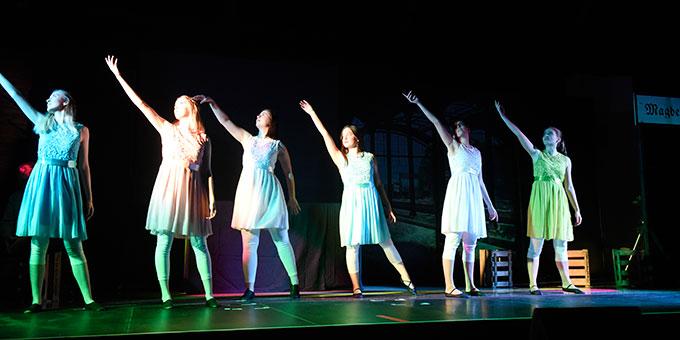 Musical-Szene mit dem eigens für das Musical gebildeten Tanzensemble (Foto: Kröper)