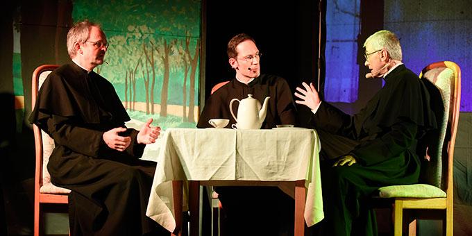 Musical-Szene: Franz Reinisch (Mitte) im Gesprächg mit Mitbrüdern (Foto: Kröper)
