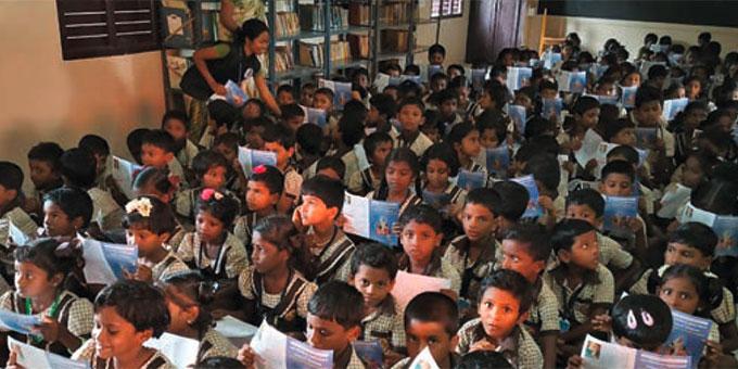 Schulversammlung in einem Klassenraum in der neuen Schule (Foto: bewegenswert eV)