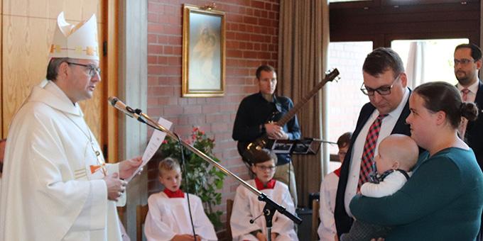 Bischof Kohlgraf überreicht die Zertifikate (Foto: Matschak)