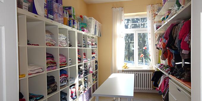 Schwangere Frauen können Babyausstattung in den Lichtzeichen-Räumen erhalten. Die Vorfreude auf das Kind kann wachsen (Foto: Lichtzeichen eV)