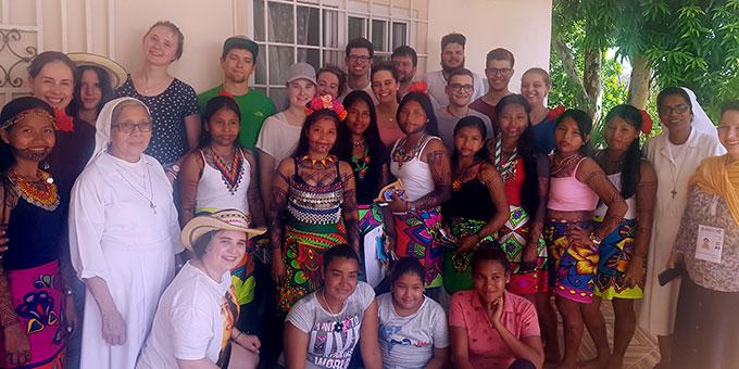 Besuch in einem Internats-Projekt für indigene Jugendliche zur Bildungsförderung (Foto: Cyganik)