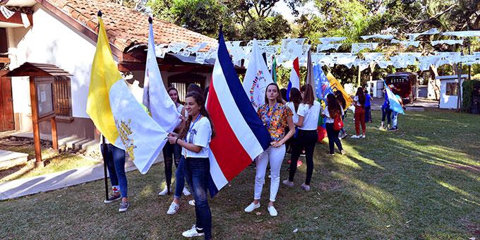 HINENI-Treffen der SchönstattMJF - Die Länder waren mit ihren Fahnen vertreten (Foto: Cyganik)