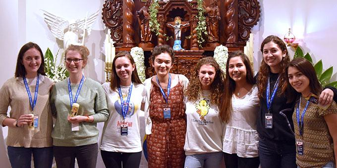 Einige junge Frauen, darunter zwei aus Deutschland, schlossen das Liebesbündnis während des HINENI-Treffens (Foto: Cyganik)