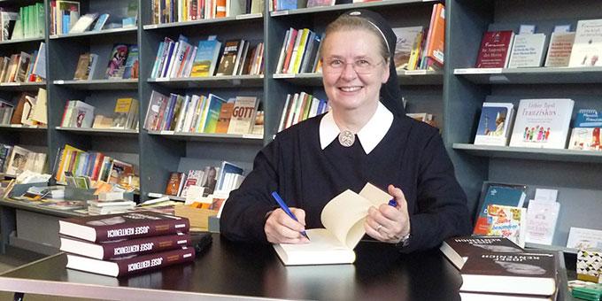 Schwester M. Doria Schlickmann signiert ihr neues Buch (Foto: Schönstatt-Verlag)
