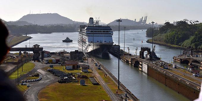 Besuch am Panama-Kanal: Einfahrt eines Kreuzfahrtschiffes in eine der Schleusen (Foto: Ula Cyganik)