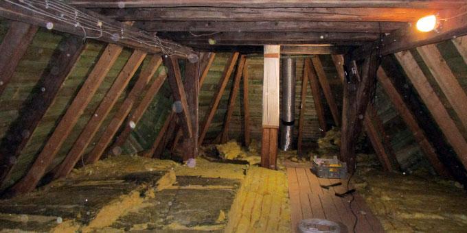 Viele Kabel müssen über den Dachboden gezogen werden (Foto: Weweler)