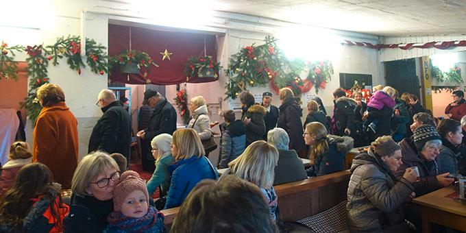Im ehemaligen Stall waren die Besucher zu einer Tasse Tee und Plätzchen eingeladen (Foto: Janika Trieb)