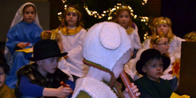 Maria, Josef, Hirten, Schäfchen und Engel kamen zur Krippe (Foto: Mäsing)