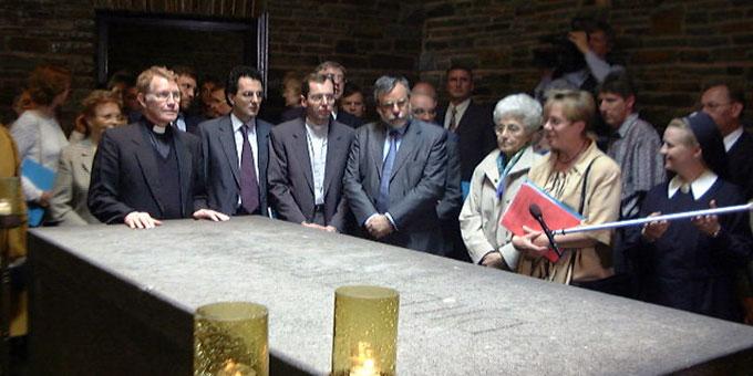 Am 10.6.1999 mit Chiara Lubich und Andrea Riccardi am Grab Pater Kentenichs (Foto: Brehm)