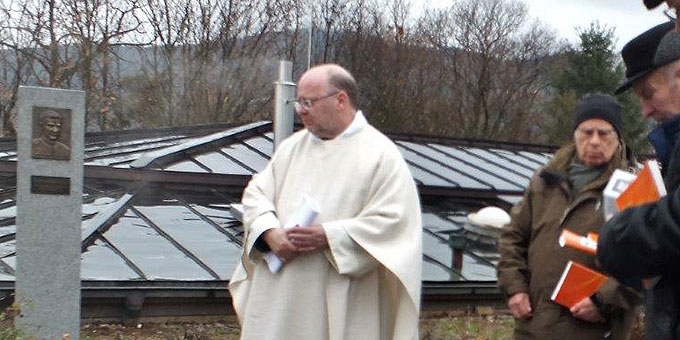 Gebet an der Franz-Reinisch-Gedenk-Stele (Foto: M. Schemel)