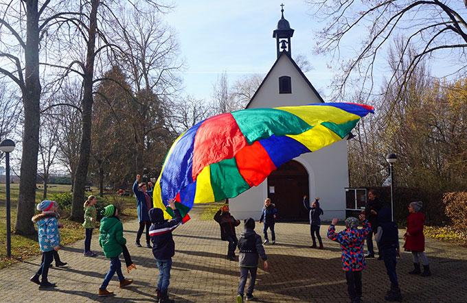 Buntes Treiben vor dem Schönstatt-Heiligtum (Foto: Fella)