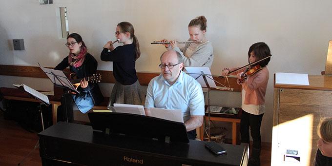 Eine Musikgruppe trug zur festlichen Gestaltung des Dankgottesdienstes bei (Foto: Stefan Loriz)