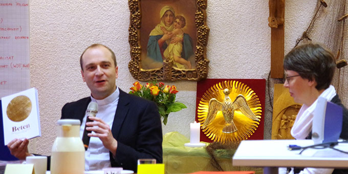 Direktor Michael Maas, Mitglied im Schönstatt-Institut Diözesanpriester, Leiter des Zentrums für Berufungspastoral im Erzbistum Freiburg bei seinem Statement (Foto: Neiser)