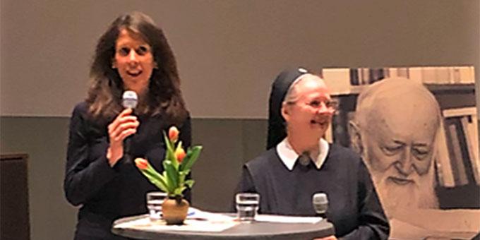 Theresia Strunk (l) moderiert die Buchvorstellung im Pater-Kentenich-Haus (Foto: AUTOR)