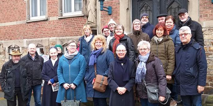Gruppenbild vor dem ehemaligen Marienkrankenhaus in Bad Ems (Foto Klaus Wienand)