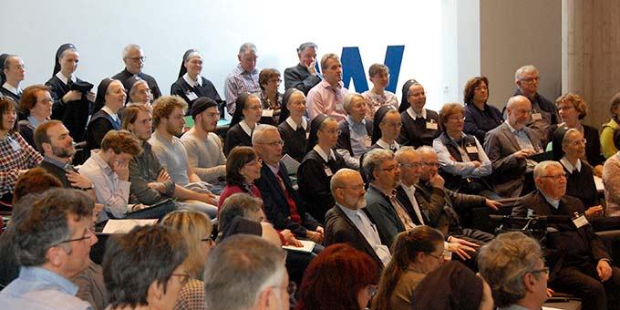 Publikum im Pater-Kentenich-Haus (Foto: Brehm)