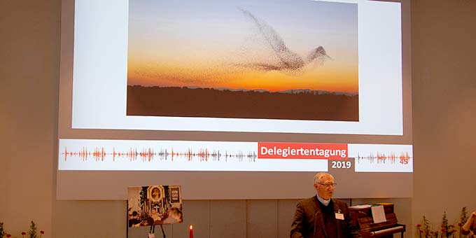 Bewegung neu denken: Zum Thema passend zeigte Pater Güthlein ein Foto von Daniel Biber, das einen Schwarm Stare zeigt, der zufällig selbst die Form eines riesigen Vogels annahm (Foto: Brehm)