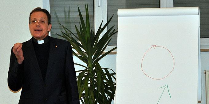 Pfr. Jörg Simon beim Vortrag (Foto: Nässler)