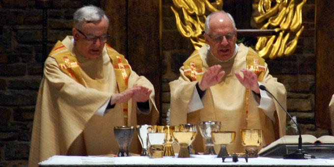 Pater Werner Kuller und Pater Theo Breitinger feiern ihren 40. Priesterweihetag mit einer Eucharistiefeier in der Dreifaltigkeitskirche auf Berg Schönstatt in Vallendar (Foto: Brehm)