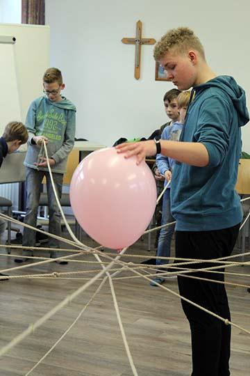 Jeder ist wichtig, damit der Luftballon in der MItte bleibt (Foto: A. Imwalle)