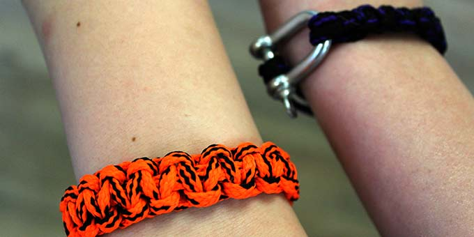 Verbindung halten durch selbst geknüpfte Armbänder (Foto: A. Imwalle)