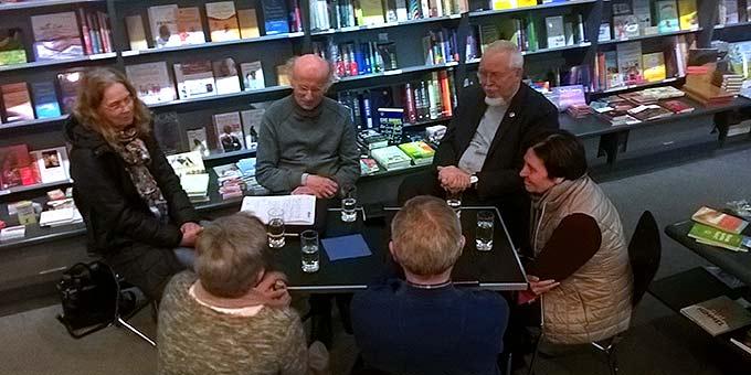 Nachkosten und nacharbeiten: Gesprächsrunden in kleinem Kreis (Foto: Brehm)