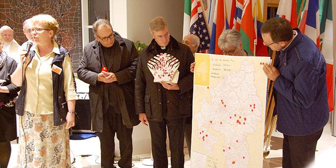 Übergabe einer Karte der Diözese Rottenburg-Stuttgart als symbolische Geschenk (Foto: Brehm)