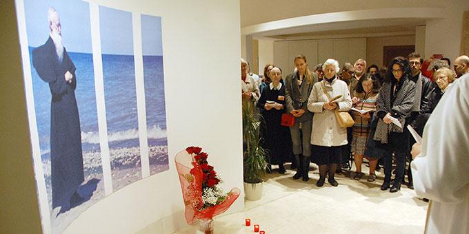 Segnung des Fotos von Pater Kentenich im Eingangsbereich (Foto: Brehm)