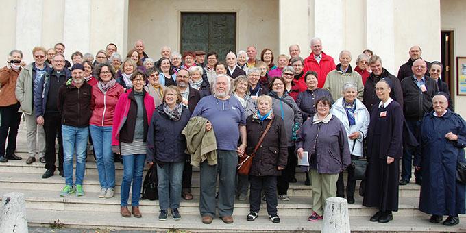 Die Gruppe am Eingangsportal von Santa Gemma (Foto: Brehm)