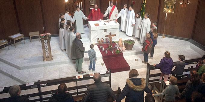 Pater Stefan Strecker bezog vor allem auch die Kinder mit in die Gottesdienstgestaltung ein (Foto: Brantzen)