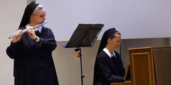 Für den musikalischen Rahmen sorgten Schw. Johanna-Maria Helmich, Flöte, und Schwester M. Tabea Platzer, Klavier (Foto: Schw. M. Maritta Zell)