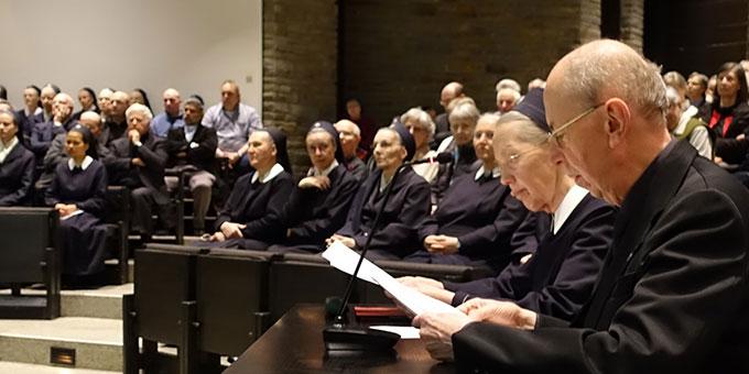 Pater Peter Nöthen und Schwester M. Pia Buesge trugen die Informationen zur Geschichte im Wechsel vor (Foto: Schw. Antje-Maria)