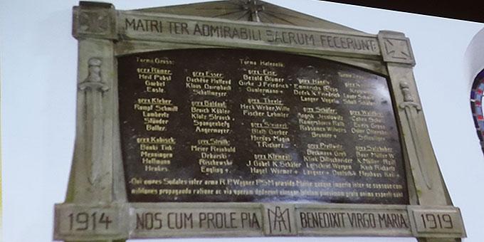 Die Marmortafel mit den Namen im Urheiligtum (Foto: Schw. M. Maritta Zell)