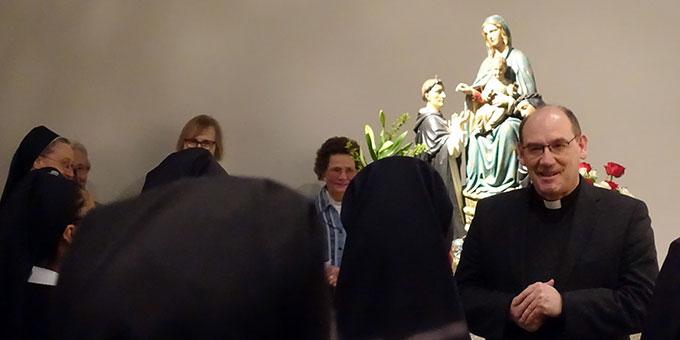 Dr. Bernd Biberger, Generaldirektor der Schönstätter Marienschwestern, wendet sich zum Abschluss des Abends an die Gottesmutter Maria am originalen Gnadenbild aus Oberhausen (Foto: Schw. M. Maritta Zell)